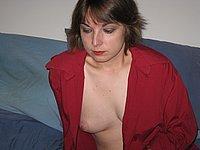 Ehefrau zeigt ihre nackten Br�ste und ihre Muschi
