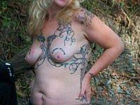 Blonde Ehefrau zieht sich im Freien nackt aus