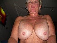 Mollige Hausfrau mit �ppigen Br�sten