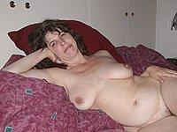Ehefrau zeigefreudig nackt auf dem Bett