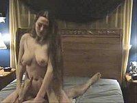 Geile Ehefrau mit dicken Titten beim Schwanz reiten