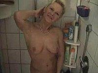 Geile versaute Ehefrau beim Sex im Badezimmer
